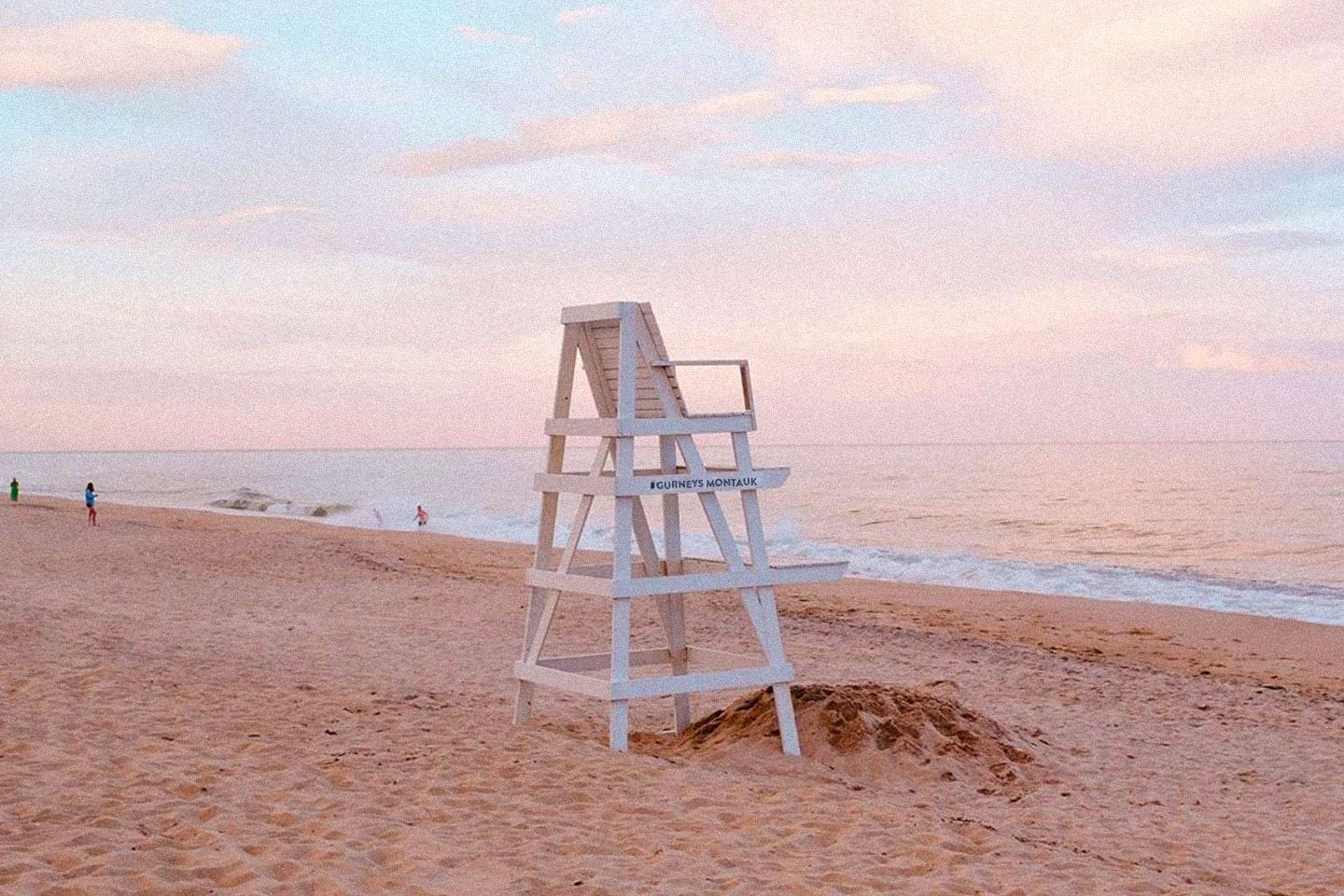 An empty lifeguard stand overlooking the ocean.
